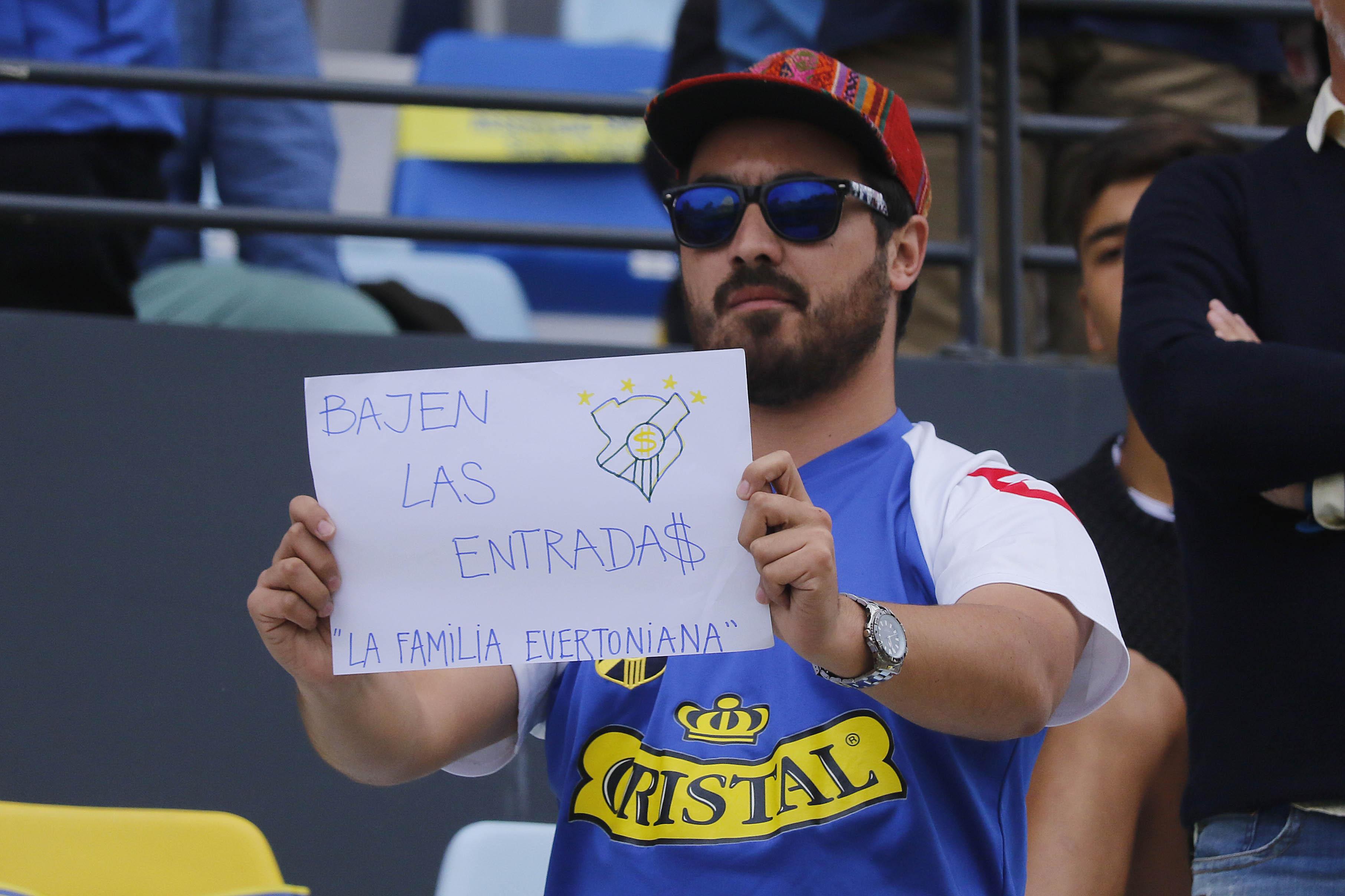 FOTOS   La protesta de los hinchas de Everton por el alto precio de las entradas