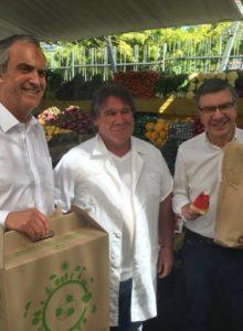 Adiós a las bolsas plásticas: alcalde Lavín reparte envases biodegradables en feria de Las Condes