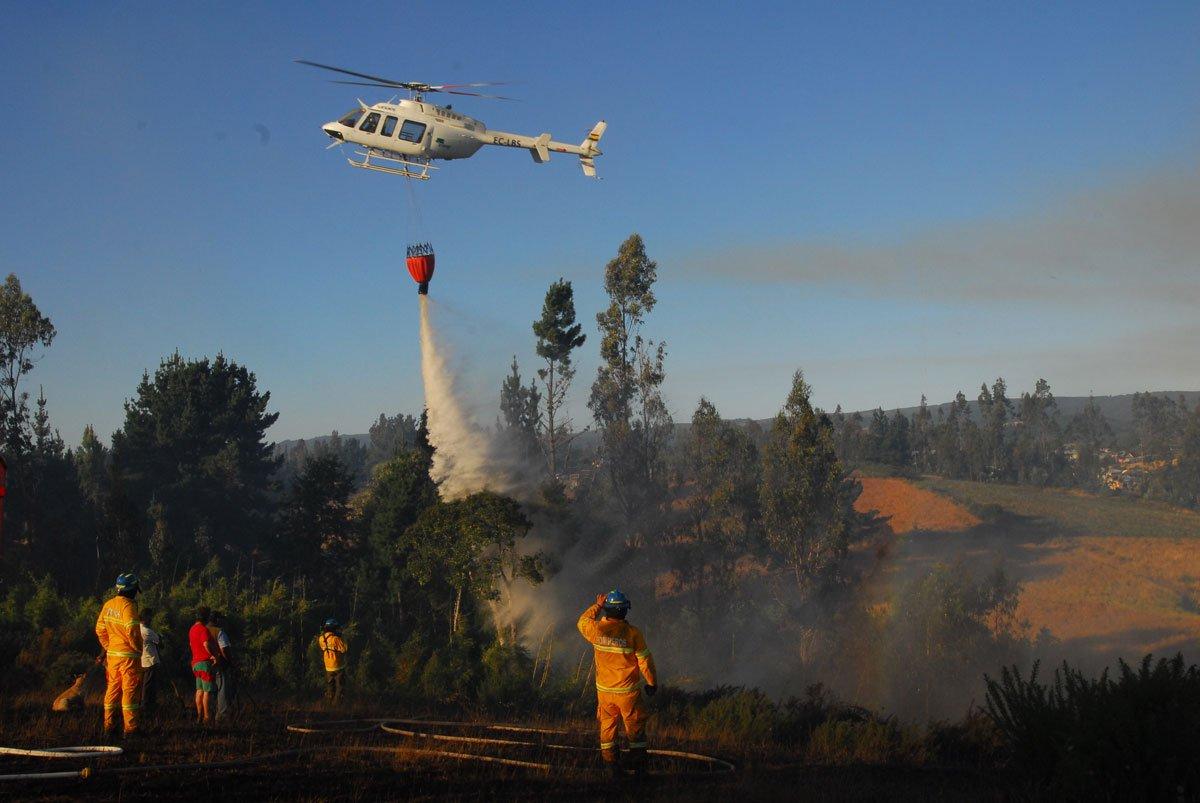"""""""Bombero se encuentra en riesgo vital tras quedar atrapado en incendio forestal de Ercilla"""""""
