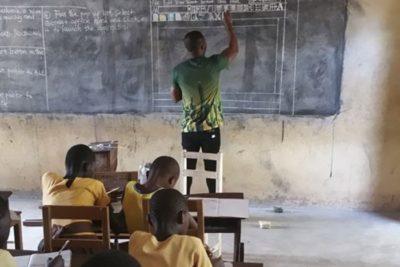 Microsoft le dará un computador al profesor ghanés que enseñaba Word en un pizarrón