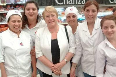 Locura por una selfie: Bachelet causa sensación en supermercado de La Araucanía