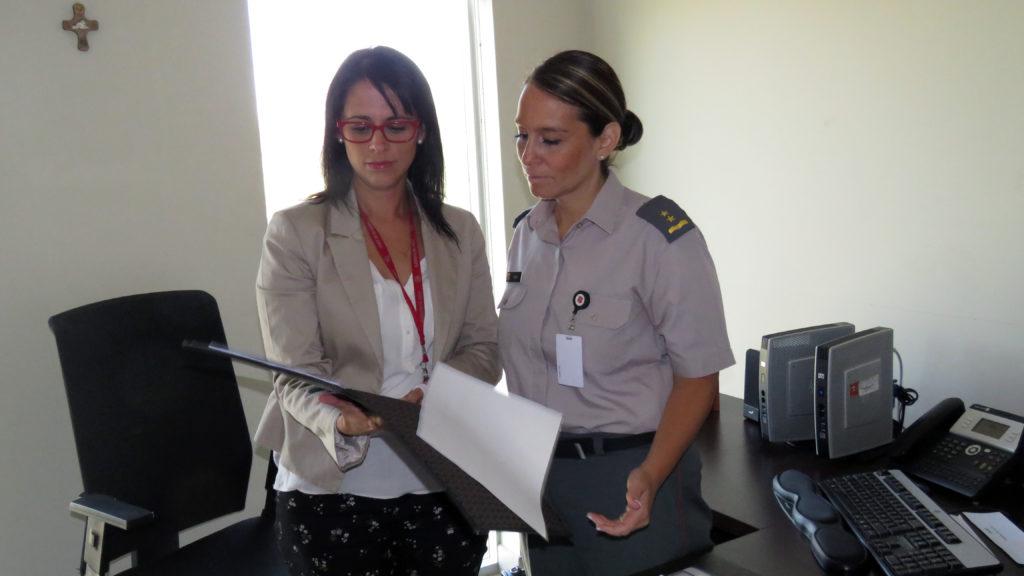 Patricia Rojas y la comandante Bárbara Ojeda