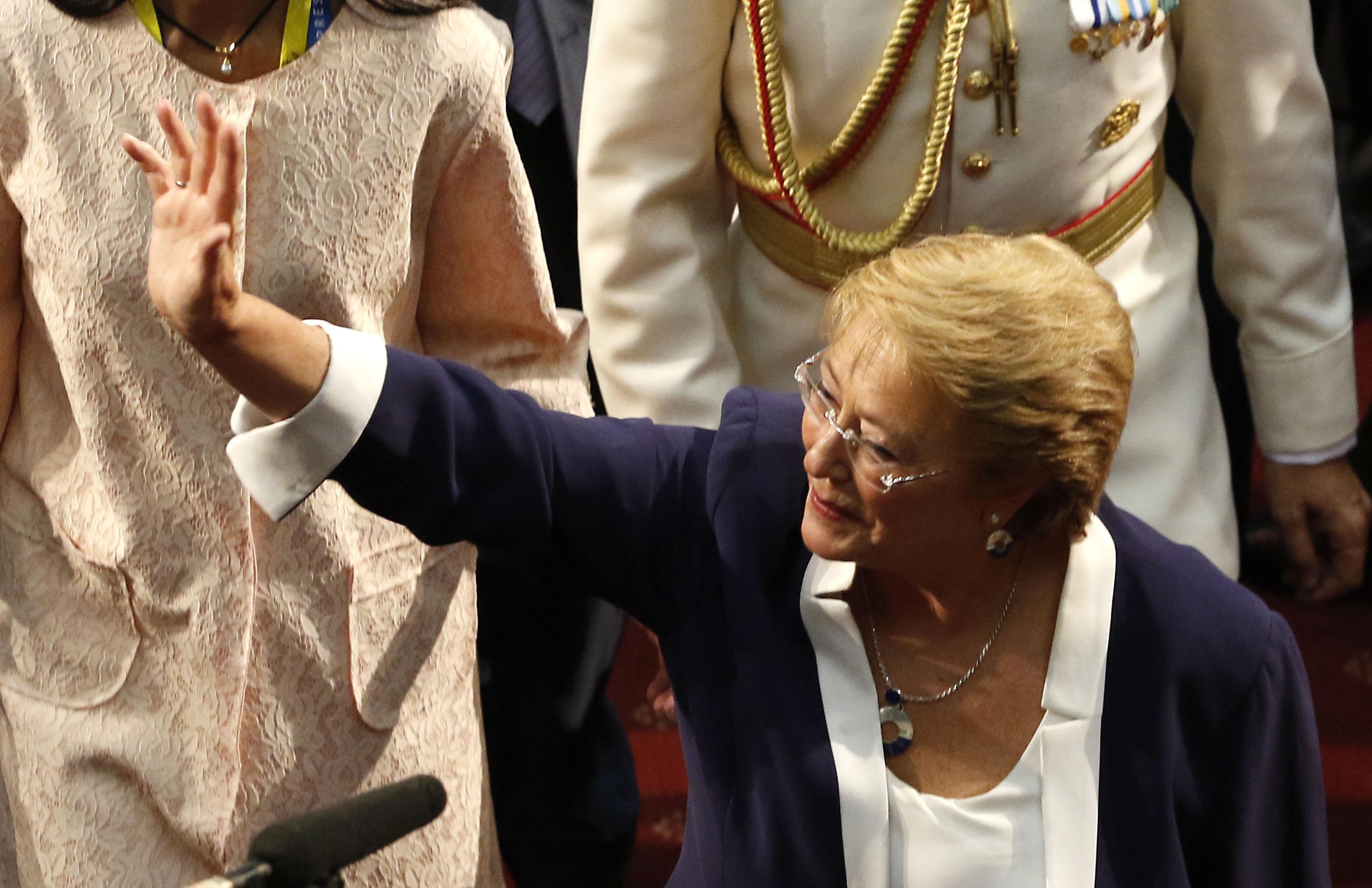 Gobierno de Bachelet aumentó gastos en vehículos, viáticos y horas extras