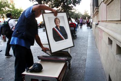 Fotos   El retiro del retrato de Bachelet de La Moneda antes del Cambio de Mando