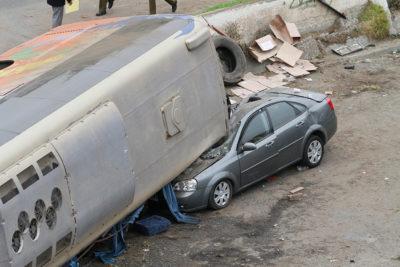 VIDEO l La dramática evacuación de los pasajeros del bus volcado en avenida Santos Ossa