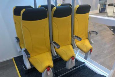 Más baratos que los low cost: estrenan asientos de avión para viajar de pie