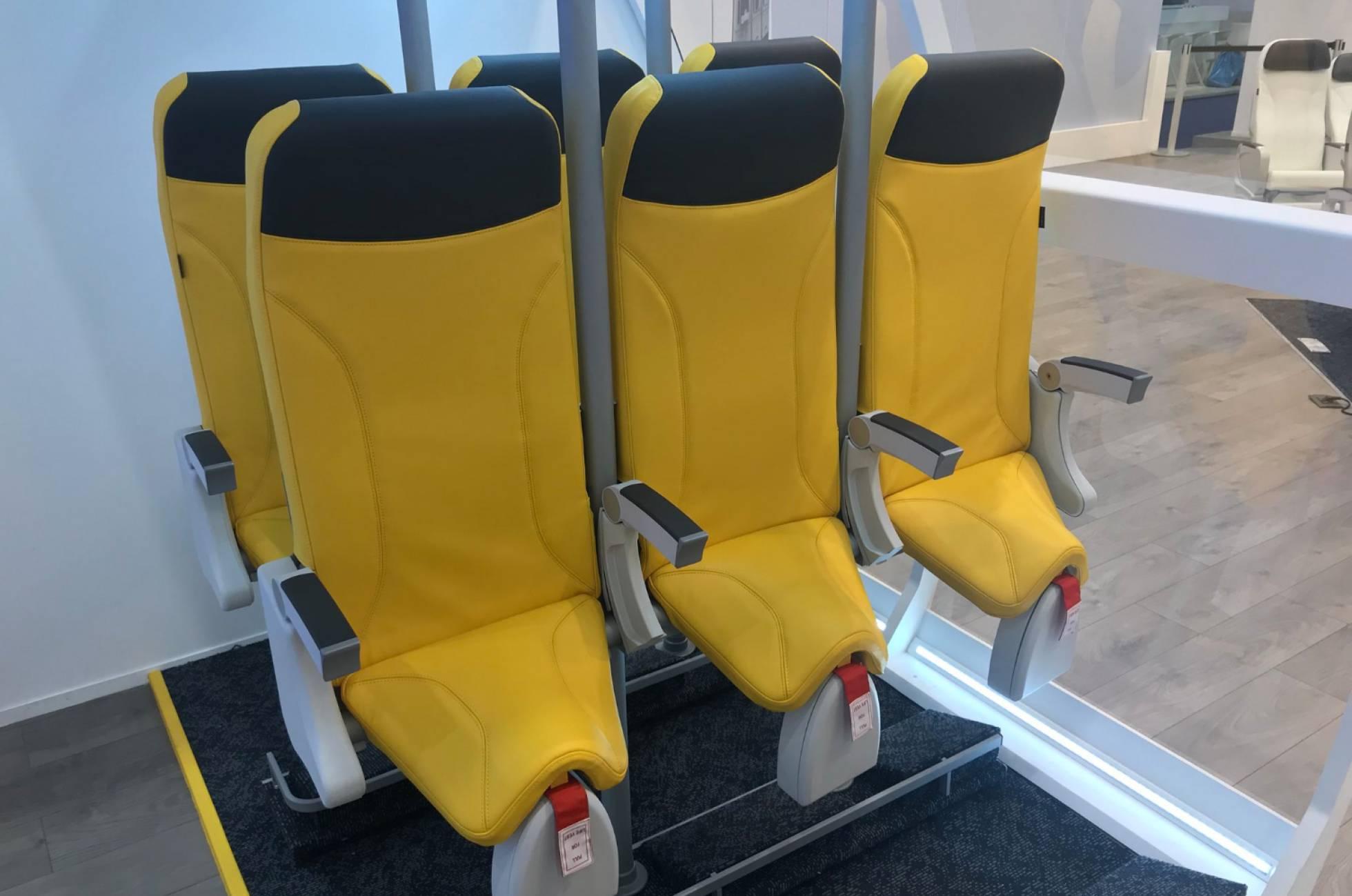 """""""Más baratos que los low cost: estrenan asientos de avión para viajar de pie"""""""