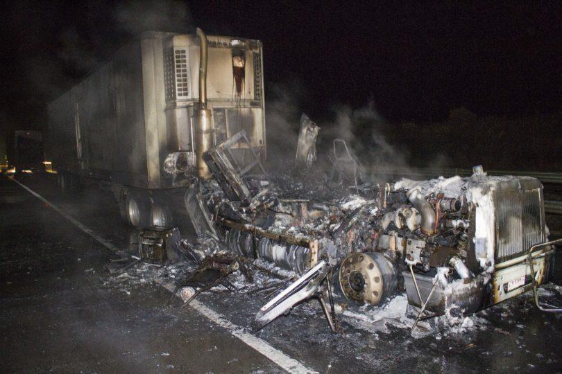 Nuevo ataque en La Araucanía: desconocidos incendian 16 camiones de empresa