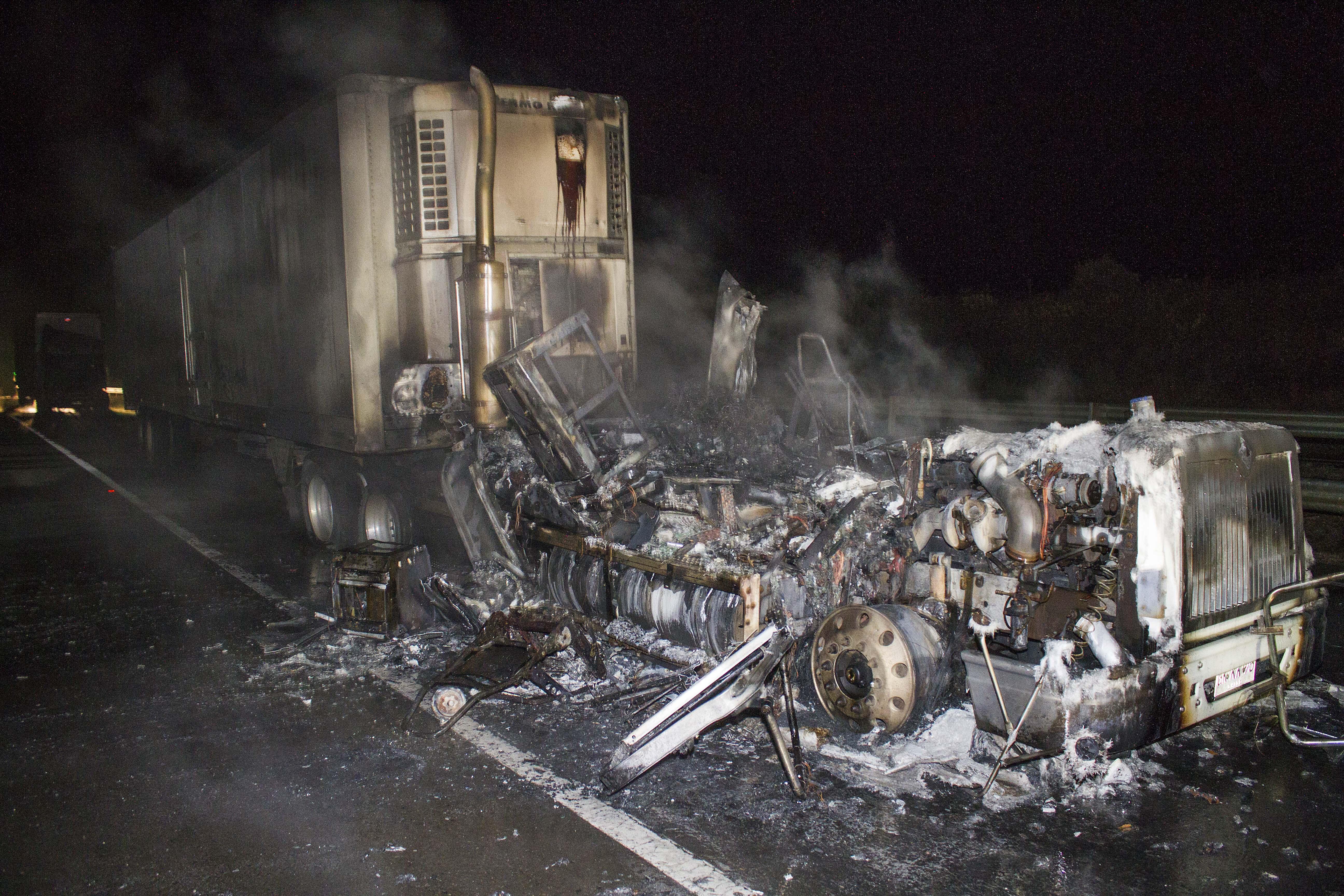 """""""Nuevo ataque en La Araucanía: desconocidos incendian 16 camiones de empresa"""""""