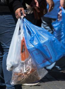 Gobierno modificará proyecto de Michelle Bachelet y buscará prohibir las bolsas plásticas en todo el país