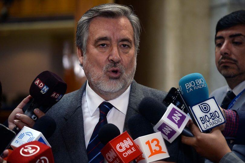 """Guillier cita a Vargas Llosa para disparar contra el Mineduc y """"la derecha cavernaria"""" por nombramientos"""