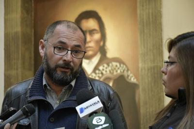 """Bolivia analiza pedido de asilo de profesor chileno que entregó """"Libro del Mar"""""""