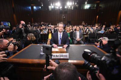 """FOTOS   El truco de Mark Zuckerberg para verse más """"intimidante"""" ante el Senado"""