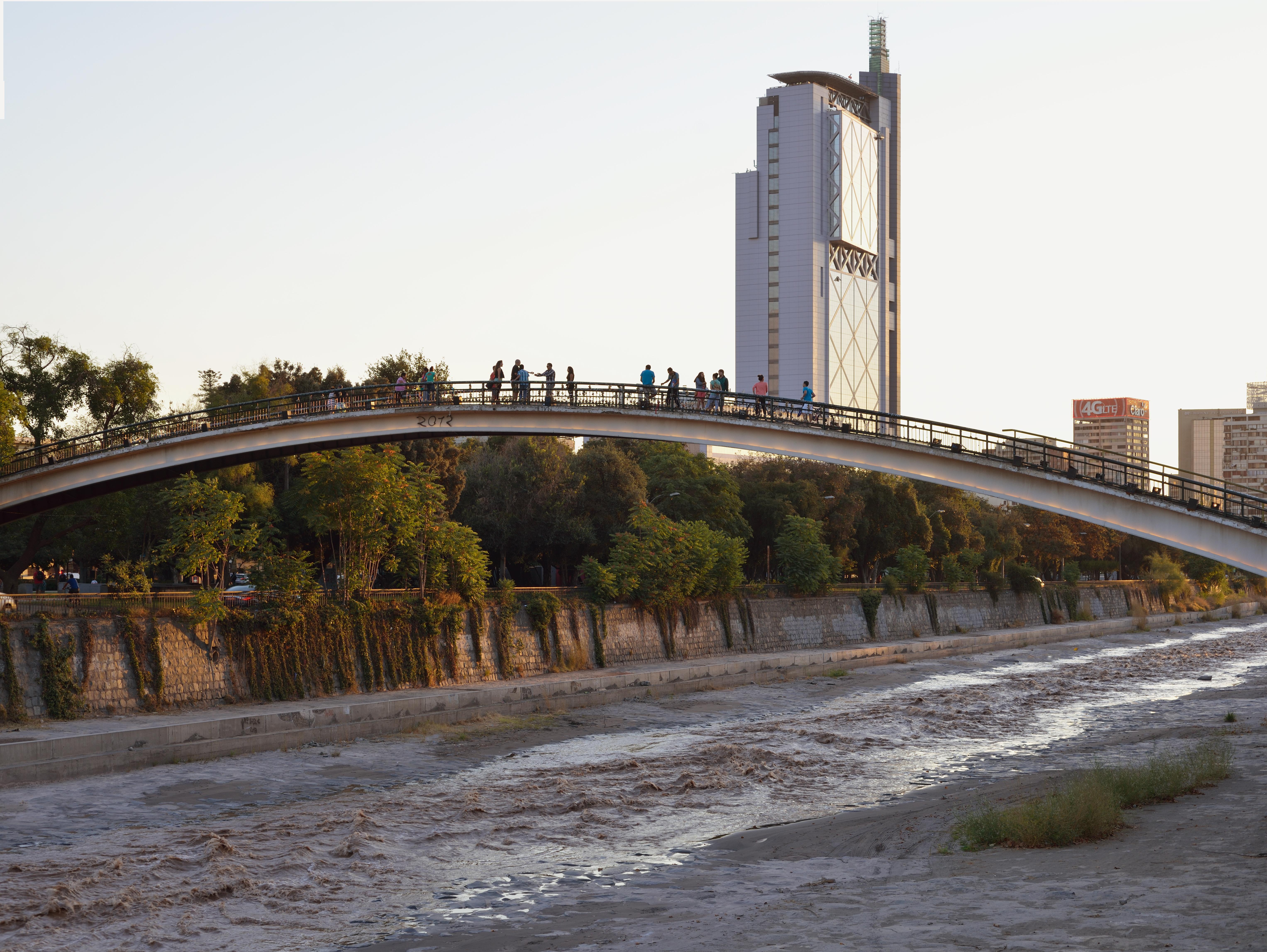 Investigan a Club de Golf Lomas de La Dehesa por descarga de material en el río Mapocho