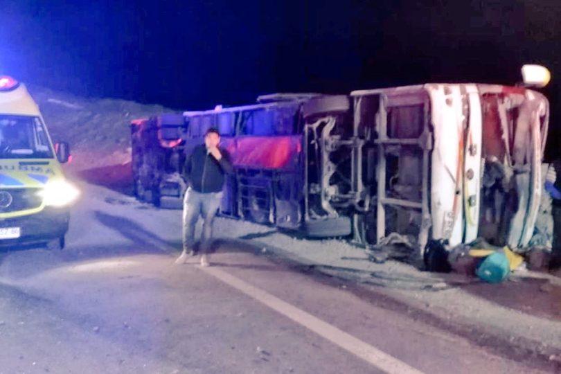 Bus de dos pisos volcó en la Ruta 5 Norte: 19 personas heridas y una de gravedad