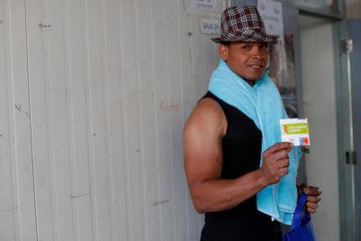 """El """"Negro de WhatsApp"""" entregó condones entre escolares de Cerro Navia"""