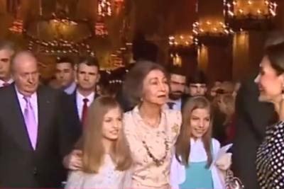 VIDEO   Reina Letizia de España impide a su suegra que se saque fotos con las infantas