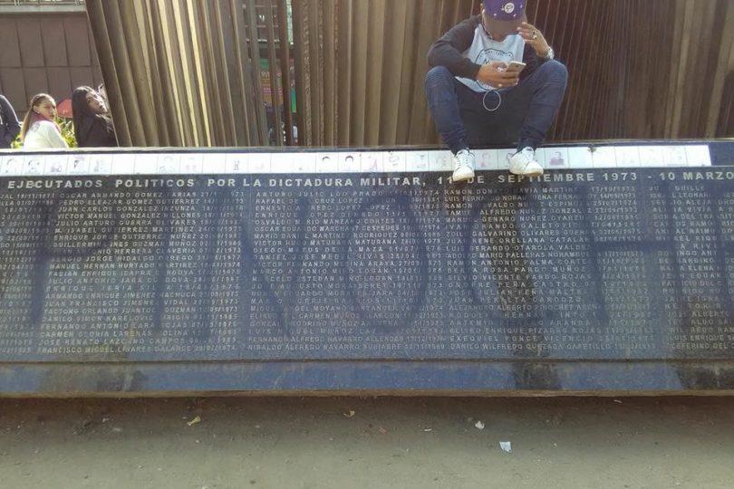 """""""Viva Pinochet"""": desconocidos rayan memorial de Detenidos Desaparecidos"""