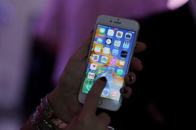 """En qué consiste la """"compensación del iPhone"""", la medida reparatoria que podría pagar hasta 316 mil pesos a usuarios chilenos"""