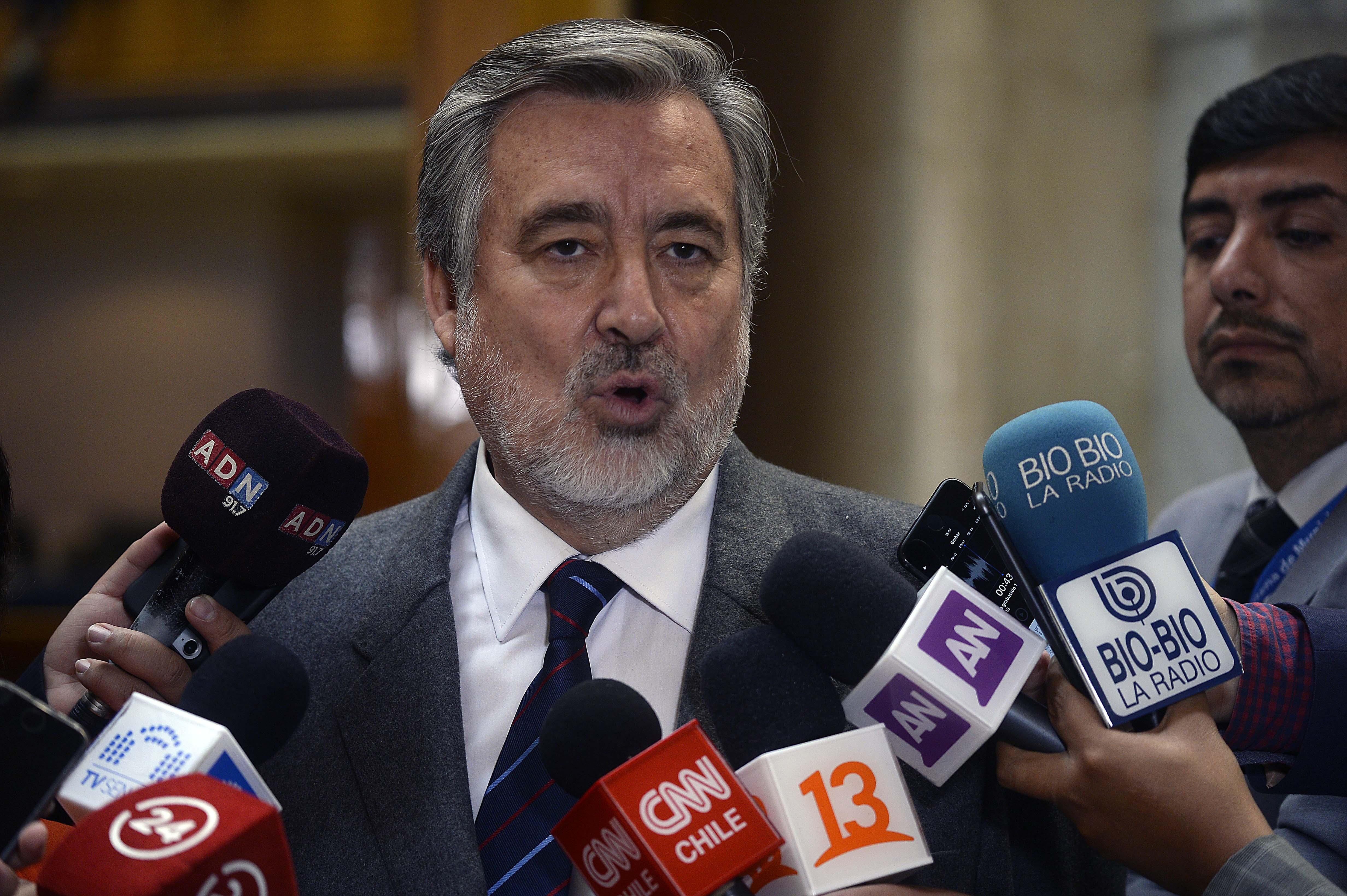 Guillier ironiza con Bombo Fica las quejas de Chile Vamos por dictamen de Contraloría