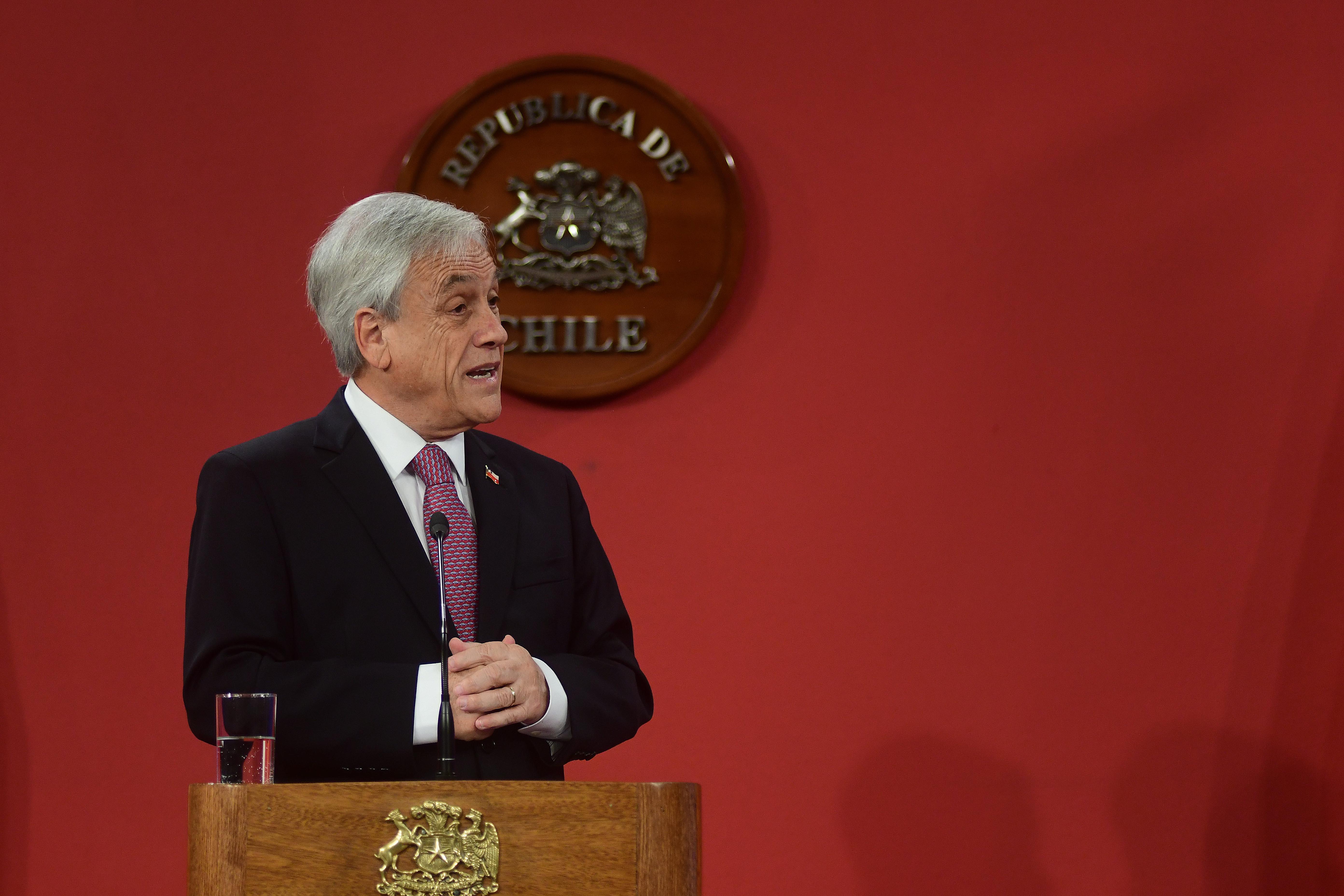 """""""Piñera firma ley para agregar contenidos financieros a Ley General de Educación"""""""