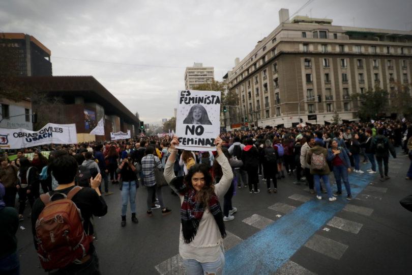 FOTOS   Emotivo abrazo entre carabinera y manifestantes de la marcha feminista da la vuelta Chile