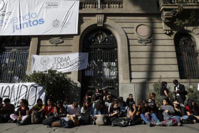 Estudiantes deponen toma feminista en Casa Central de la PUC