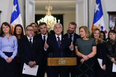 """Piñera recibe las 94 propuestas de la comisión de infancia: """"Necesitamos su apoyo para transformarlas en realidad"""""""