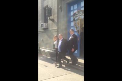 VIDEO | El momento exacto en que Harvey Weinstein sale esposado y sonriendo de la policía de Nueva York