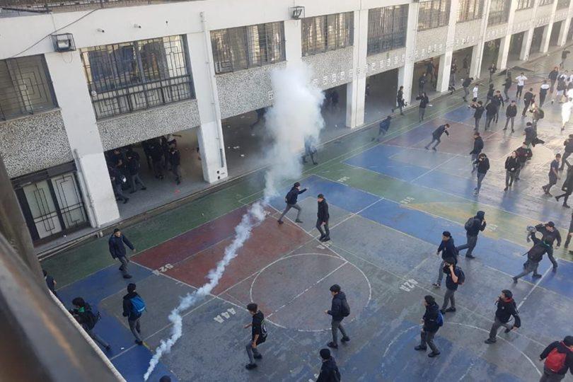 FOTOS + VIDEOS | Batalla campal en Instituto Nacional: Carabineros arrojan sillas a estudiantes