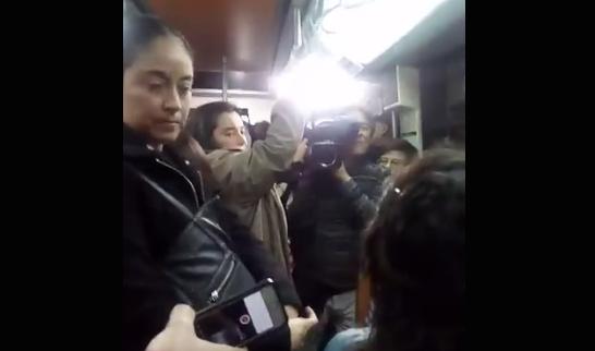 VIDEO | Ministro Monckeberg se subió al Metro por Día del Trabajador y recibió flor de discurso sobre desigualdad