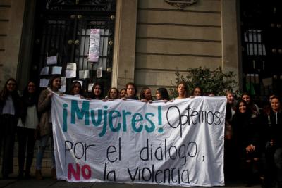 Estudiantes de derecha de la UC se manifiestan en contra de la toma de Casa Central