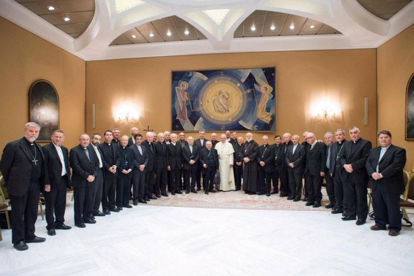 Medio argentino afirma que Juan Barros y otros tres obispos cercanos a Karadima renunciaron ante el Papa