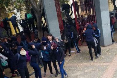 Alumnas del liceo Carmela Carvajal se toman el Instituto Nacional