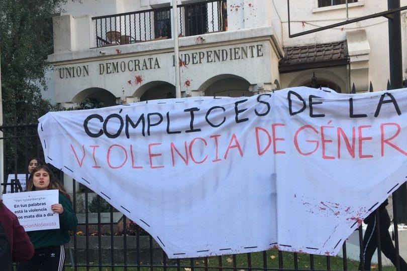 """""""Cómplices de la violencia"""": desalojan a feministas secundarias que se tomaron la sede de la UDI"""