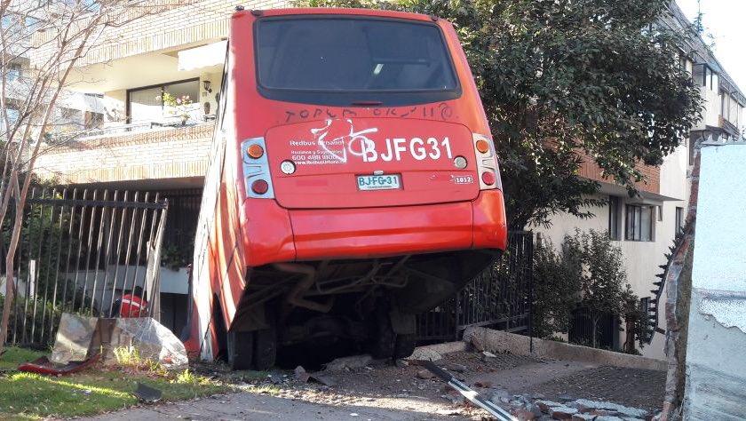 """""""VIDEO   FOTOS   Bus del Transantiago quedó incrustado en edificio de Las Condes"""""""