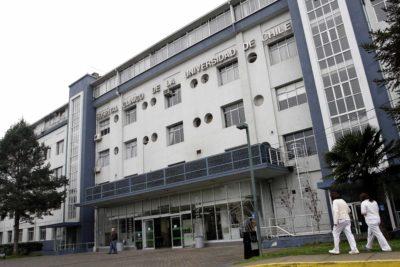 Académicas de la U. de Chile piden a Vivaldi separar de sus funciones a director del Hospital Clínico denunciado de acoso
