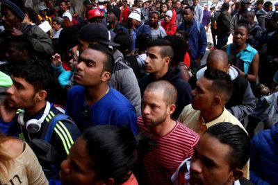 """Bloomberg analiza proceso migratorio en Chile: """"Hay buenas razones para mantener las puertas abiertas"""""""