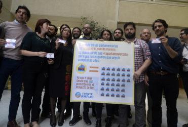 Brutal: economista calcula cuánto realmente debería ganar un parlamentario en Chile