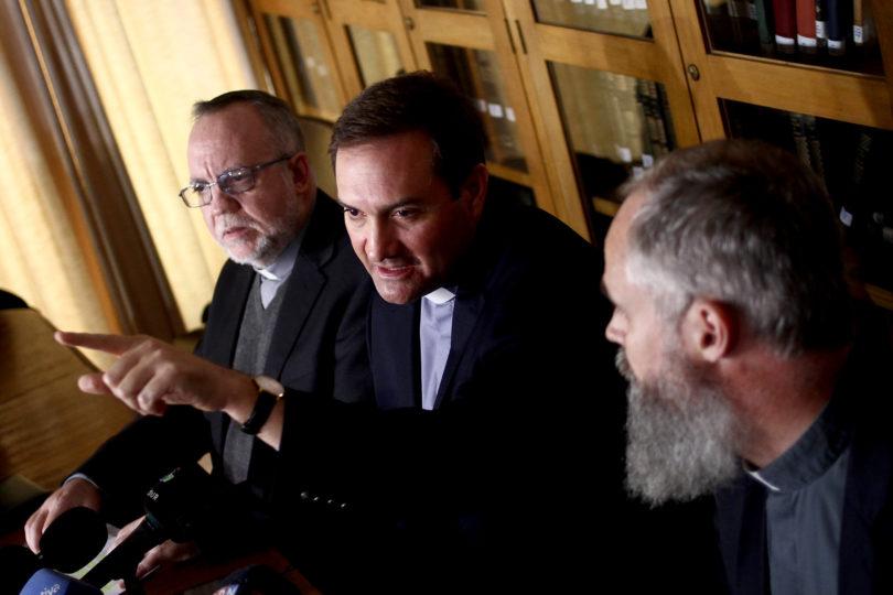 """Sacerdotes víctimas de Karadima regresan a Santiago: """"El Papa nos escuchó y planea mejorar la iglesia"""""""