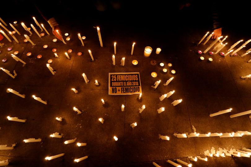 FOTOS | Velatón frente a La Moneda en rechazo a últimos casos de femicidio