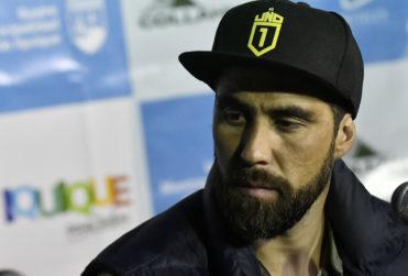 """""""¿Avalando la tortura, 'capitán'?"""": hincha reprocha apoyo de Bravo a golpiza de detenidos y el arquero le responde"""