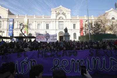 Estudiantes U. de Chile entregan petitorio feminista unificado a Vivaldi