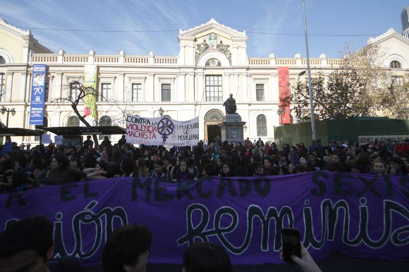 """Profesores de Derecho de la U. de Chile critican recalendarización: """"Afecta gravemente el quehacer de nuestra comunidad"""""""