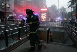 FOTOS |Metro interrumpe servicio en Línea 1 por emanación de humo en local de estación Tobalaba