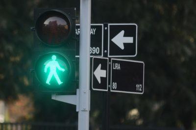 """Gobierno acorta duración de más de mil semáforos de Santiago para """"evitar asaltos"""""""