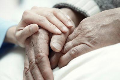 Parlamentarios exploran incluir a menores de edad en proyecto de eutanasia