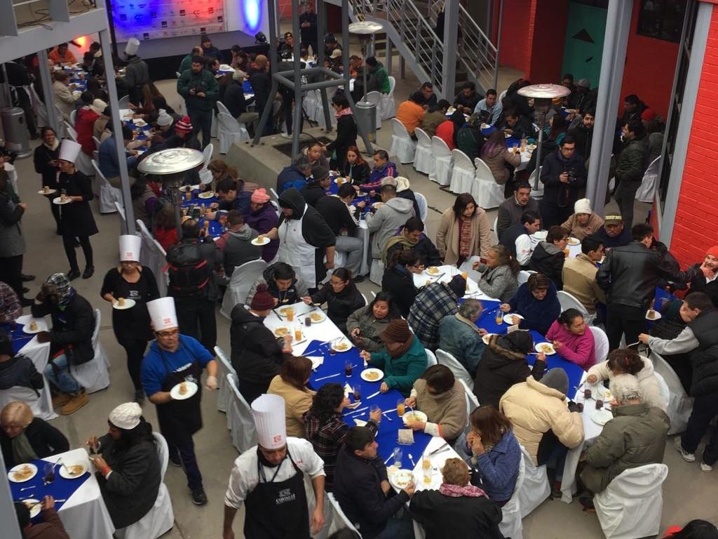 """""""Chefs locales e internacionales preparan sus platos a residentes del Hogar de Cristo"""""""