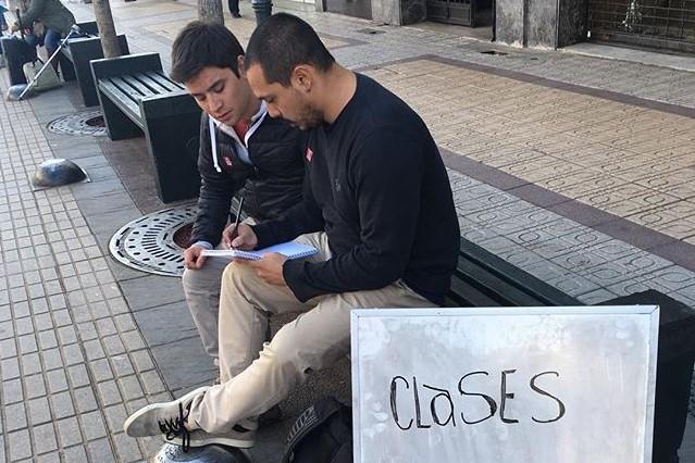 """Profesor hace clases gratuitas en la calle para """"promover un poco más las matemáticas"""""""