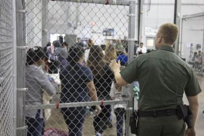 """VIDEO   """"¡Eres madre! ¿no tienes empatía?"""": periodista encara a vocera de la Casa Blanca por enjaular niños inmigrantes"""
